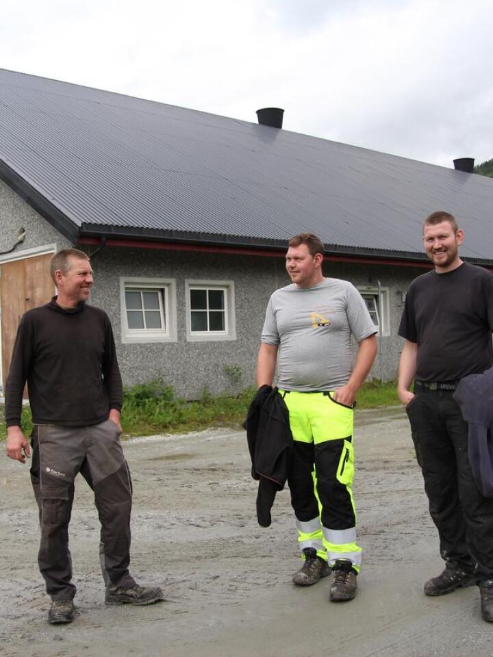 FAMILIEBEDRIFT: Ole Draugsvoll (f.v.) driver med melke- og kjøttproduksjon på Voss, sammen med sønnene Jon-Ola og Aslak, pluss kona Irene.