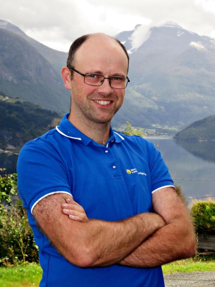KORREKSJONSSIGNAL: Jogeir Agjeld er rådgjevar i maskinteknikk og presisjonslandbruk hos NLR, men på garden mellom fjella i Stryn er det fritt for gratis korreksjonssignal. Foto: Privat