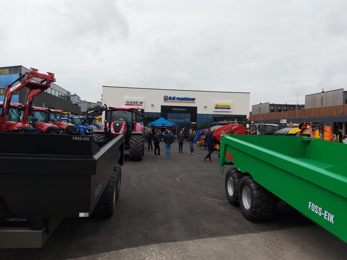 Traktortrøbbel: A-K maskiner, ein av dei større traktorforhandlarane her i landet, fekk eit stort underskot i fjor. Nedgang i salet og valutasmell verka inn, ifølgje A-K-sjefen. Her frå den nye avdelinga i Klepp på Jæren som blei opna i mai i år. Foto: A-K maskiner
