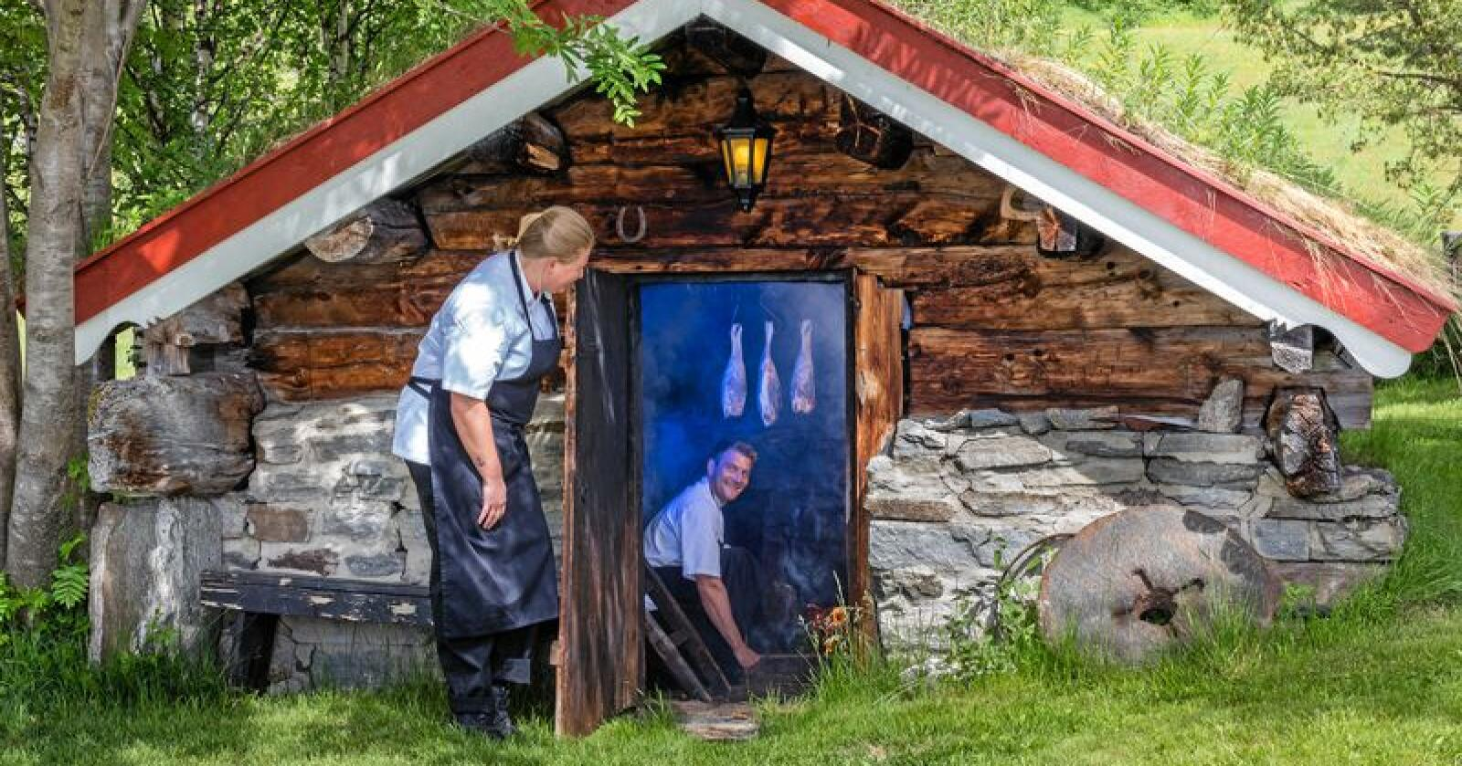 Fra 1850: Kokkene Lene Berg og Lars Ivar Sesaker på Bortistu Gjestegard sjekker at alt er som det skal inne i det særegne bygget på tunet. Foto: Sven-Erik Knoff / Fotoknoff / Matmerk