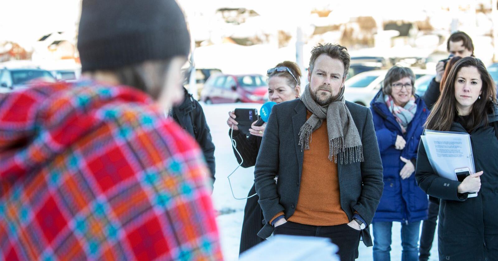 Næringsminister Torbjørn Røe Isaksen (H) deltok i et folkemøte i Kvalsund i april for å snakke om tillatelsen regjeringen har gitt selskapet Nussir til å utvinne kobber. Vedtaket om å gi driftskonsesjonen blir opprettholdt, etter at saken ble behandlet i statsråd fredag. Foto: Ole Berg-Rusten / NTB scanpix