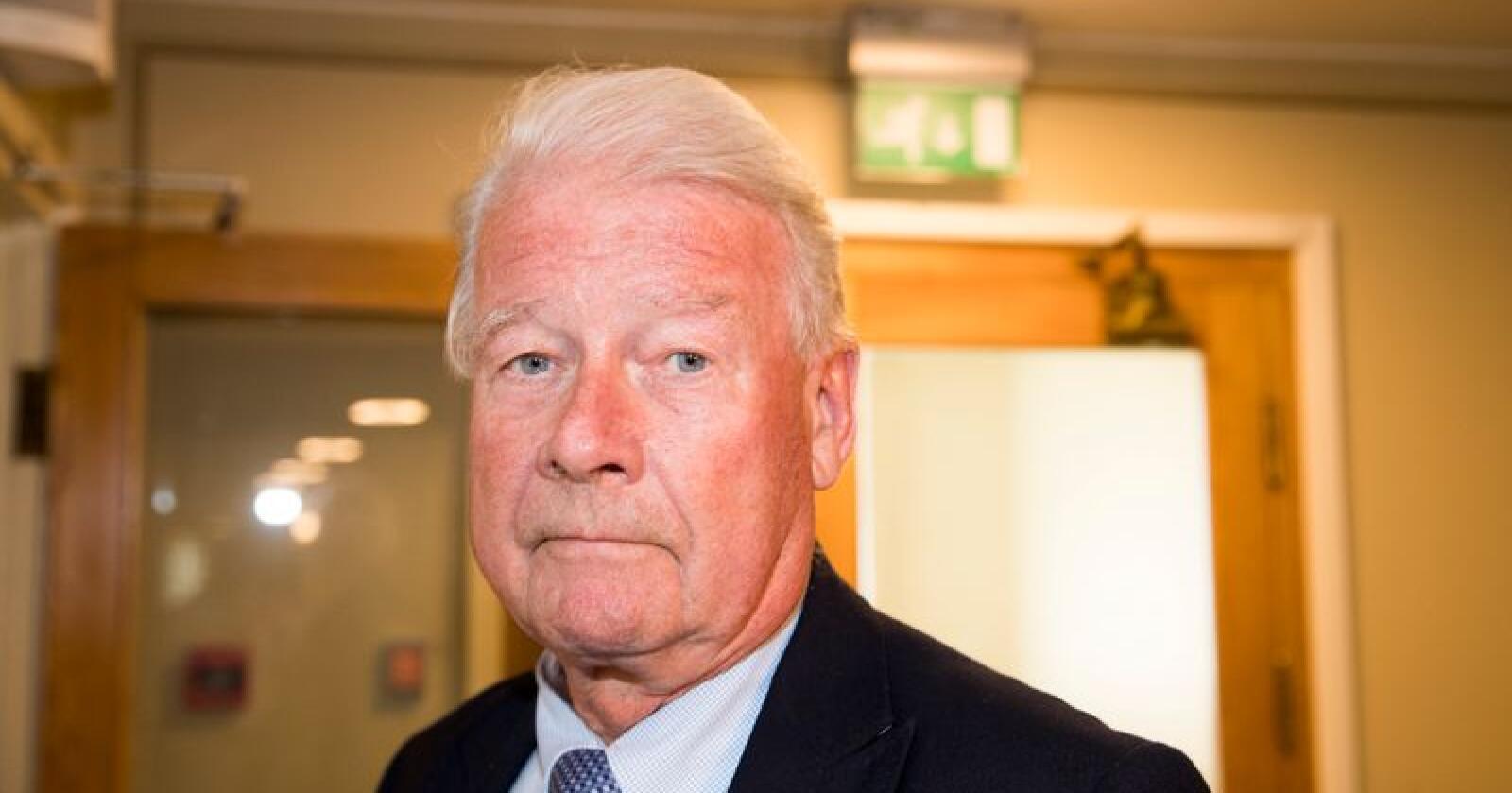 Carl I Hagen på vei ut etter gruppemøtet til Fremskrittspartiet i forbindelse med bompengesaken. Foto: Terje Pedersen / NTB scanpix
