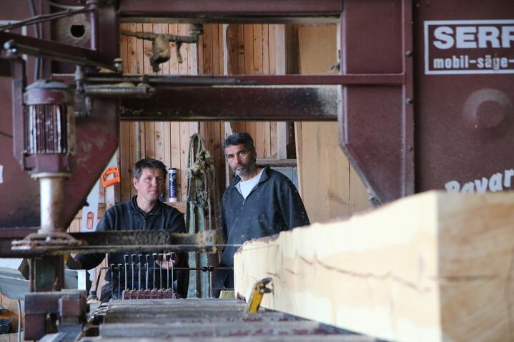 SPESIALLAST: - Her kan vi skjære tømmerstokker som er opptil 12 meter lange og har en diameter på 80 centimeter, forteller Jon Brun i Fjell-Laft Uvdal AS. Her styrer hans kollega Eirik Solheim (til venstre) saga.