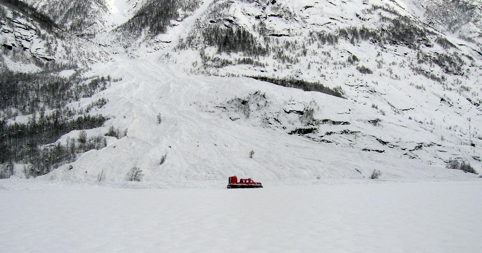 Et snøskred har rammet bygda Veitastrond i Luster i Sogn og Fjordane. Dette bildet er fra snøraset som rammet bygda i 2011. Foto: John Molland / Scanpix