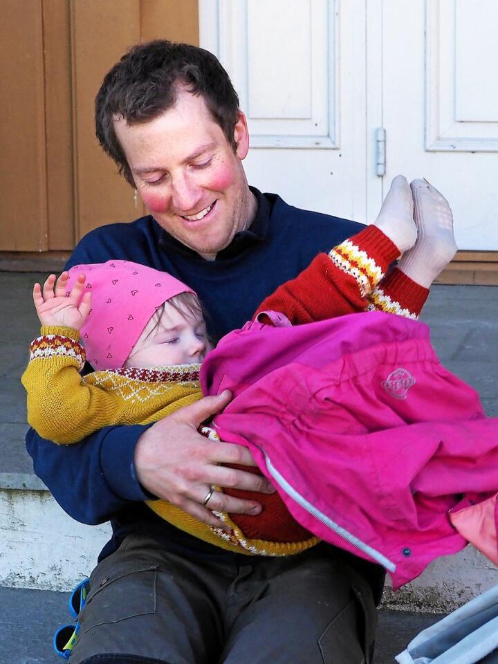 Elise på 2 år sovnet i bilen på vei hjem og skal sove videre i vogna ute. Alle foto: Siri Juell Rasmussen