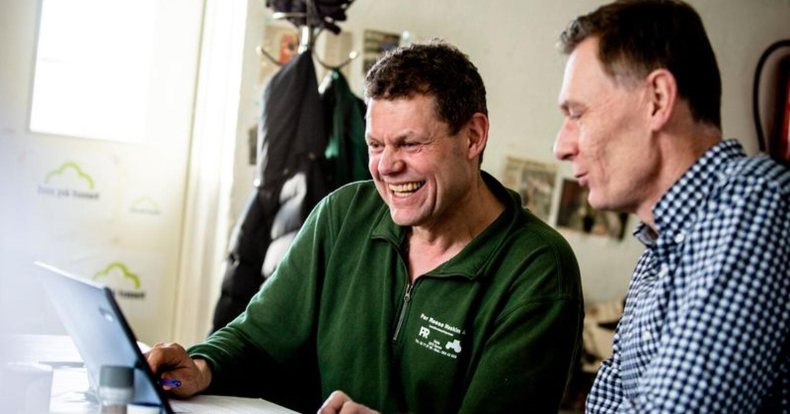 Gårdbruker Ole Kristian Sylling og regnskapsfører Erling Marthinsen ser på alle mulighetene som ligger i regnskapssystemet til Ago Økonomi. (Foto: Magnus Knutsen Bjørke)