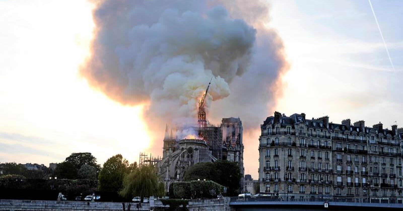 Brant: Taket av Notre-Dame-katedralen i Paris gikk med i påsken. Foto: AP Photo/Diana Ayanna