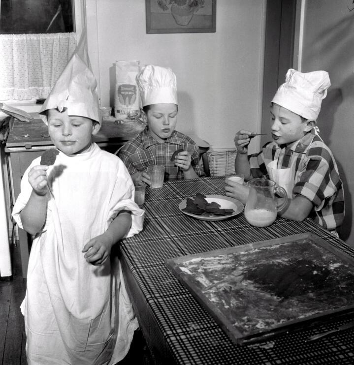 Jula 1958: Tre brør lager peparkakemenn til jul. Elles var det ofte kvinnene – mødrer og døtrer – som var mest på kjøkkenet på 1950-talet. Foto: Aage Storløkken / NTB scanpix