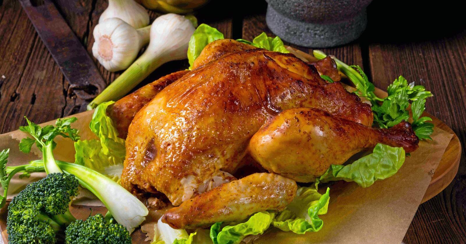 Borte ved 70 grader: Forskere satte sykdomsfremkallende bakterier inn i kylling og stekte den. Først ved 70 grader var alle de skumle bakteriene døde.Foto: Colourbox