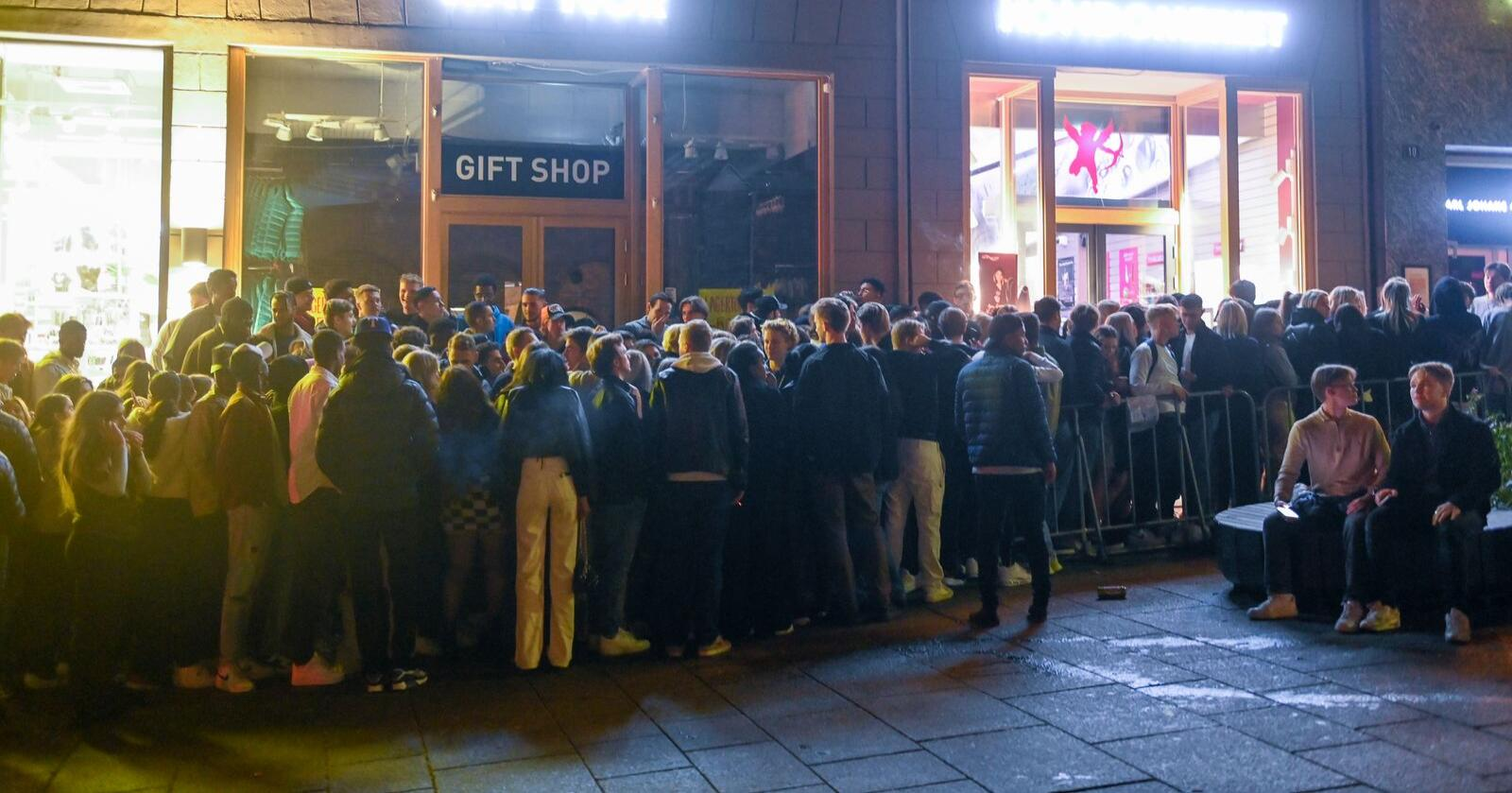 Festglade folk inntar Oslo lørdag kveld etter at aller koronaregler ble lettet på lørdag. Foto: Annika Byrde / NTB