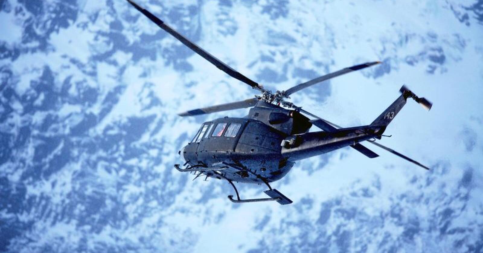 Bell-helikopterne er viktige for å bistå i den sivilie beredskapen, mener Arbeiderpartiet. Her fra 2012 hvor et norsk helikopter også var med i søket etter en flyulykke ved Kebnekaise i Sverige. Foto: Stian Lysberg Solum / Scanpix