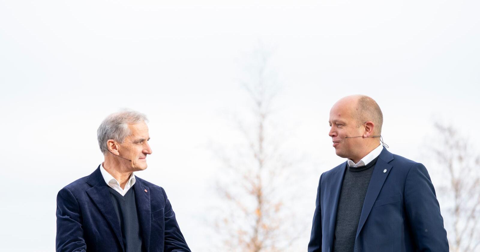 Ap-leder Jonas Gahr Støre og Sp-leder Trygve Slagsvold Vedum vil ha flere statlige arbeidsplasser ut i landet. Foto: Torstein Bøe / NTB