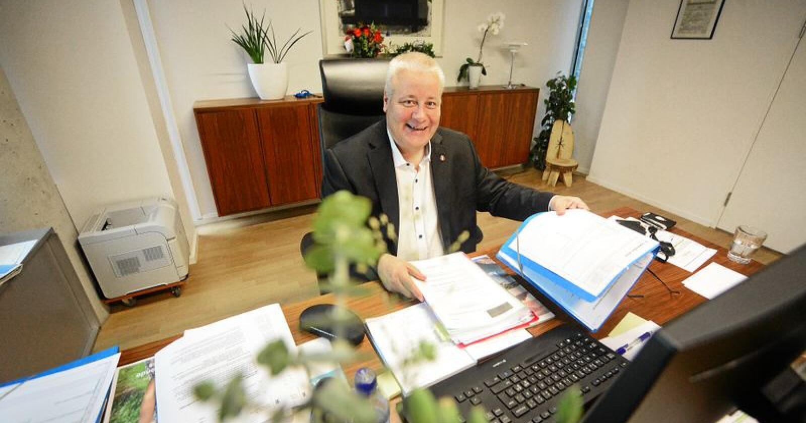 Landbruksminister Bård Hoksrud (Frp) innrømmer at han har mye å sette seg inn i. Foto: Siri Juell Rasmussen