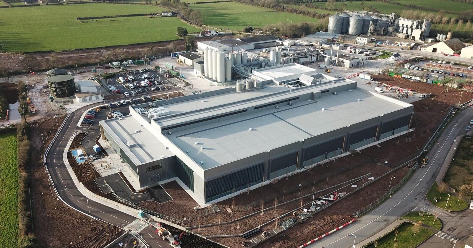 Forsinkelse: Tines nye anlegg i Irland står klart til å produsere. Men ennå har det ikke fått utslippstillatelse. (Foto: Tine)