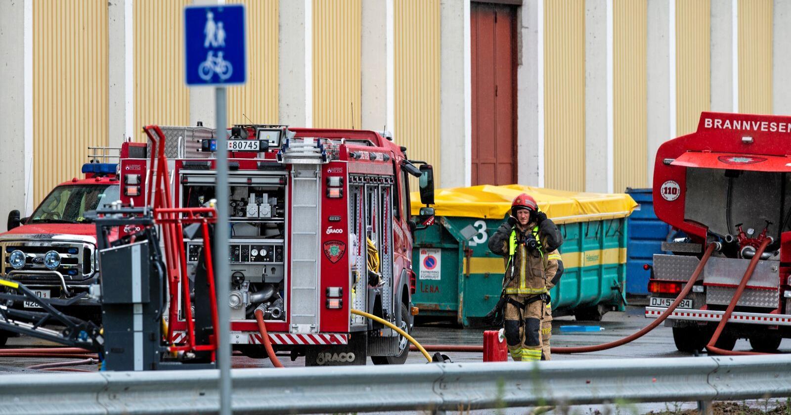 Brannvesenet jobbet lenge på stedet for å få kontroll på brannen. Én av deres ansatte ble også skadd. Foto: Annika Byrde / NTB scanpix