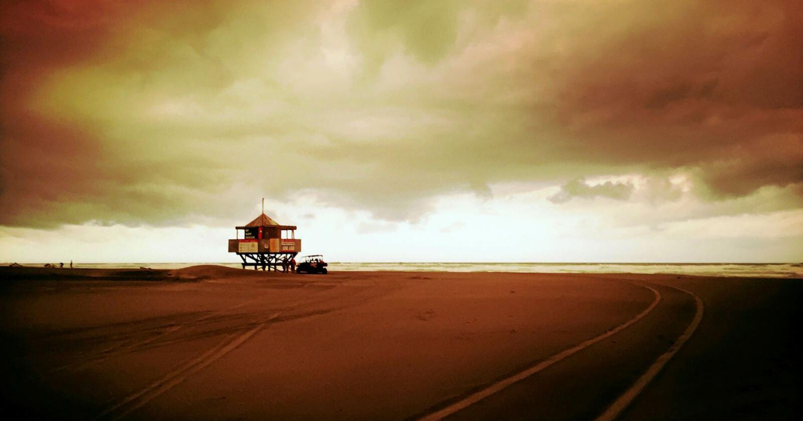 Fjoråret var det nest varmeste som noen gang er målt. I Australia har tørke og høye temperaturer bidratt til de enorme skogbrannene som herjer landet. Røyken dekker himmelen over Bethells Beach i New Zealand, over 2.000 kilometer unna. Foto: Michael Craig / New Zealand Herald / AP / NTB scanpix