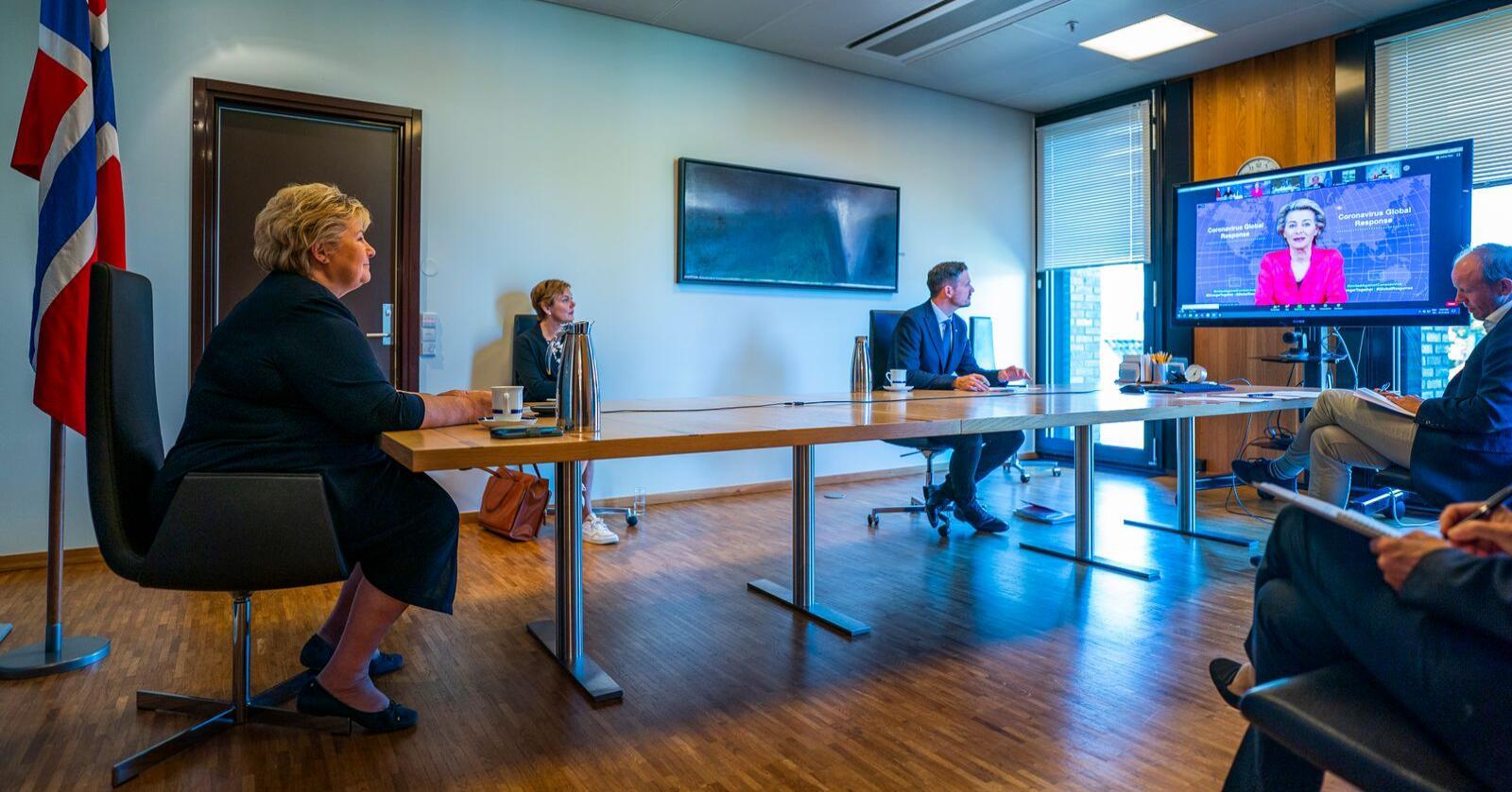 Det er stor skepsis mot EØS-avtalen, viser en ny undersøkelse. Her er statsminister Erna Solberg (H) og utviklingsminister Dag Inge Ulstein (KrF) i et digitalt møte med Europakommisjonens president, Ursula von der Leyen, tidligere i år. Foto: Håkon Mosvold Larsen / NTB