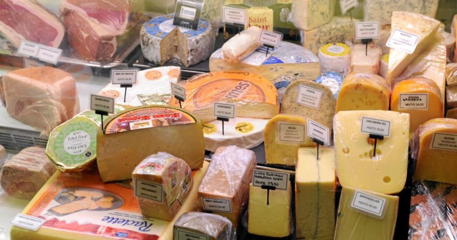 Meierivarer: Importen av ost og andre meierivarer auka med 10 prosent i fjor, og samla blei det importert meierivarer for nær 1,3 milliardar kroner i 2018. Her frå ein ferskvaredisk i Oppland. Foto: Mariann Tvete