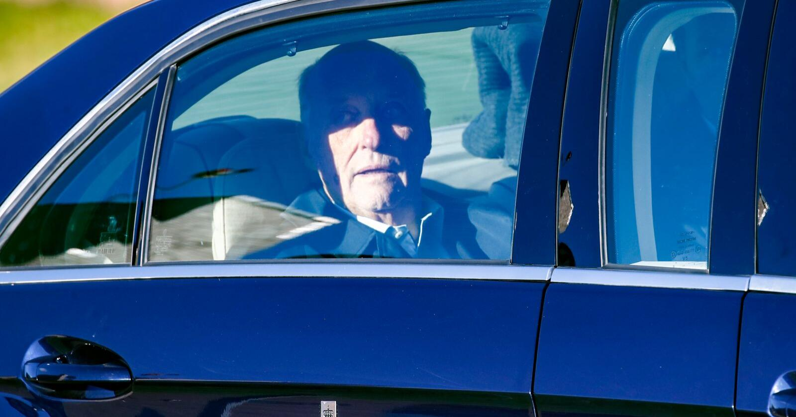 Mandag forlot Kong Harald Rikshospitalet i bil etter å ha blitt utskrevet. Kongen gjennomgikk fredag en hjerteklaffoperasjon. Foto: Terje Pedersen / NTB