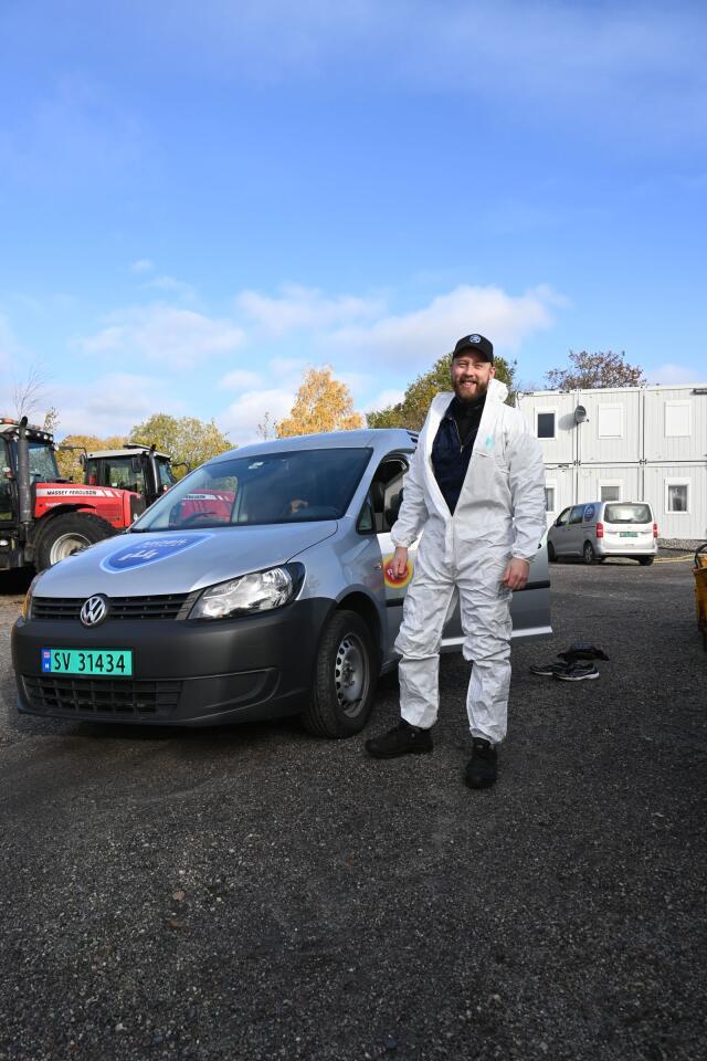 Gjør det på stedet: Brødrene Wennersten driver firmaet Mobil Antirust. De gjør rusthindrende behandling, der traktoren står.