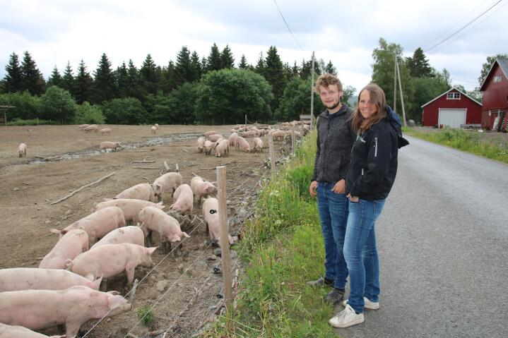 UTEGRIS: – Det er godt for sjela å se grisene gå ute, sier Kristoffer Holdhus. Her er han sammen med samboer Hege Munthe-Kaas.