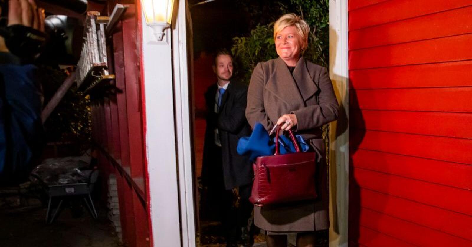 Et titall journalister var møtt fram ved huset til Siv Jensen. Foto: Håkon Mosvold Larsen / NTB scanpix