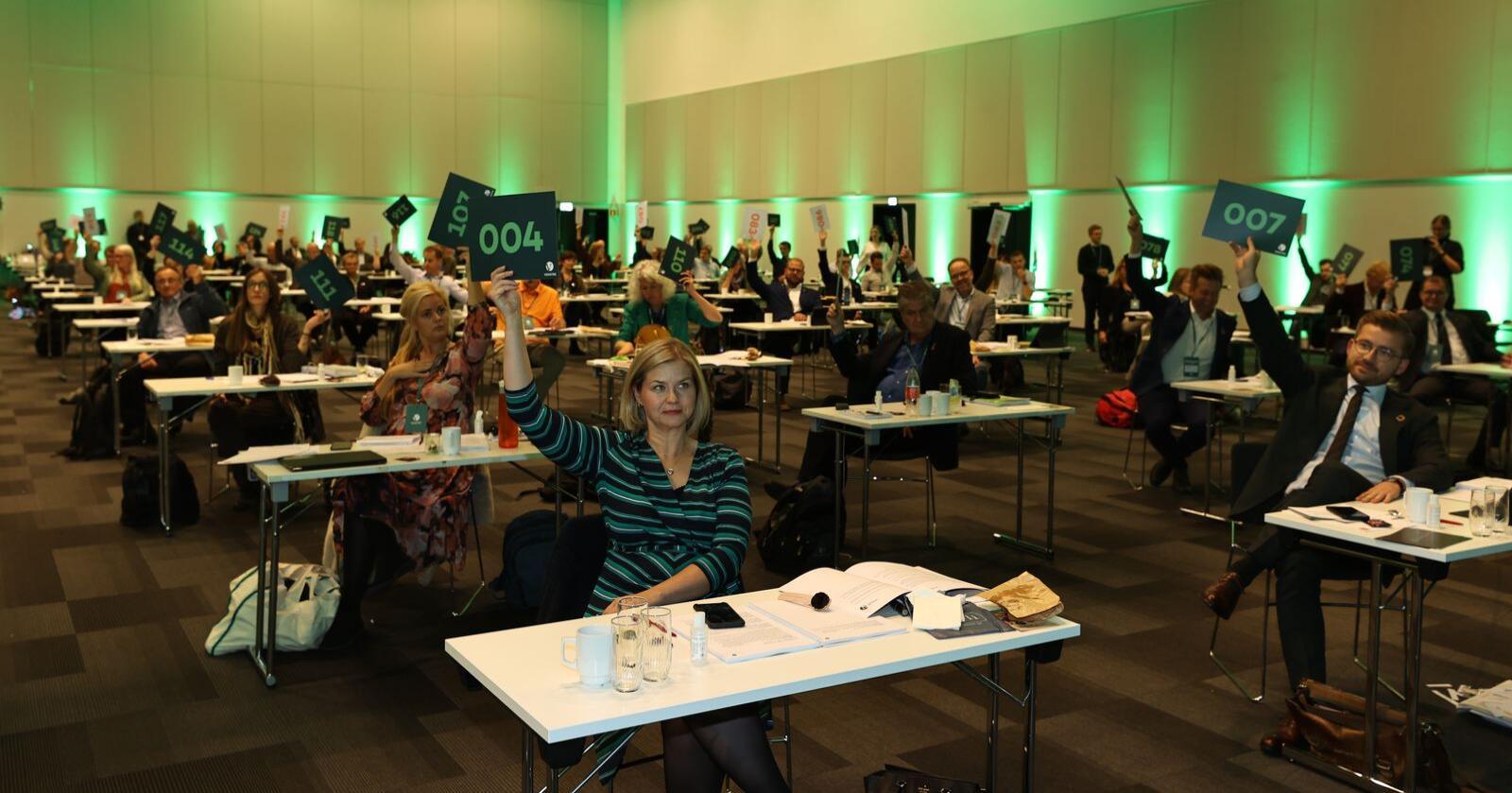 Venstre voterer over politiske saker på landsmøtet på Gardermoen. På fremre rad: Partileder Guro Melby og nestleder Sveinung Rotevatn. Foto: Geir Olsen / NTB