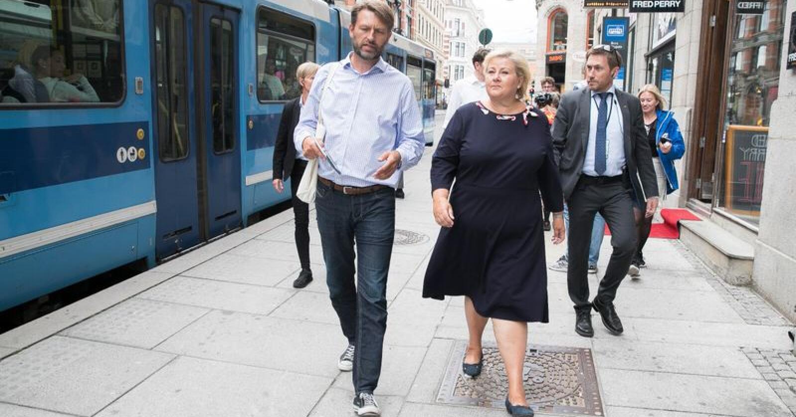 Statsminister Erna Solberg spaserer i Oslos gater sammen byrådslederkandidat Eirik Lae Solberg. Under hennes regjeringstid har kommunenes sparepenger økt kraftig, men pengene er skjevt fordelt, og Oslo har like mye som 242 kommuner til sammen. Foto: Terje Pedersen / NTB scanpix