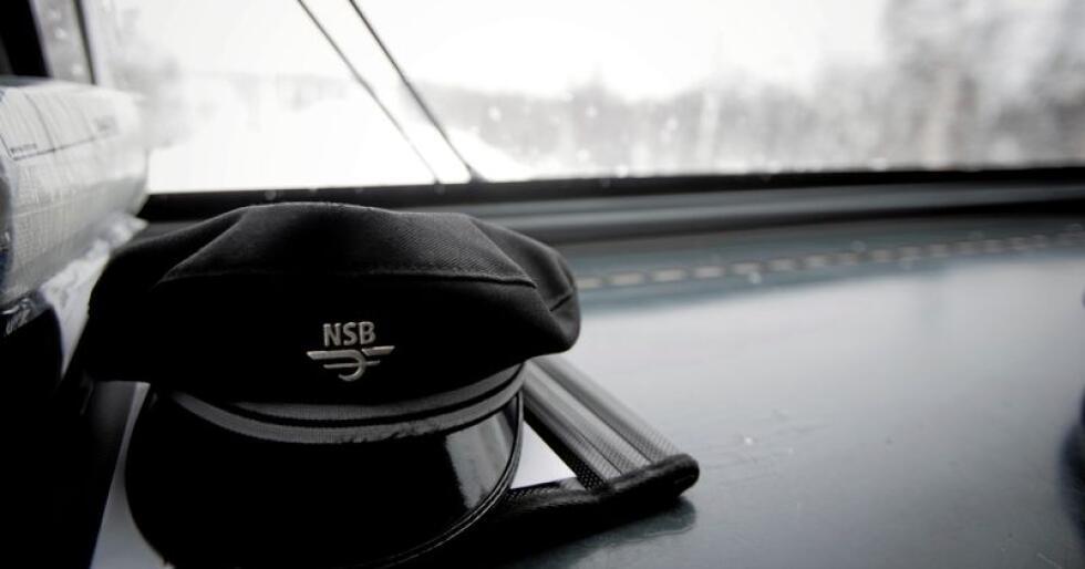 Tut tut: Uniformslua til NSB på togførers plass. Bildet er tatt inne fra lokomotivet på Bergensbanen, på vei fra Finse mot Haugastøl.  Foto: Tore Meek / NTB Scanpix