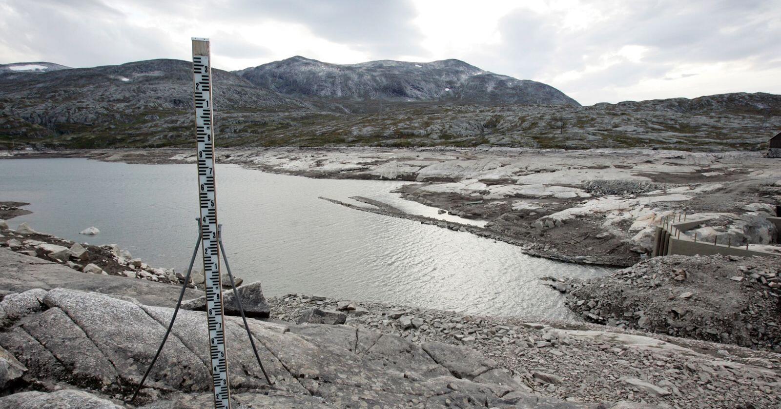 Vannmagasinet Osvatnet i Torbudalen ved Sunndalsøra fra et tidligere år da det også var lite vann i magasinet. Foto: Gorm Kallestad / NTB