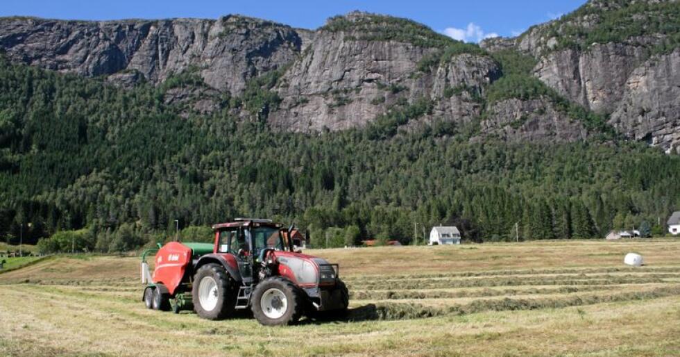 Fleire norske bønder, her representert ved ein bonde i Sirdal som pressar rundballar, meiner økonomien i gardsdrifta har gått i feil retning dei siste fem åra. Foto: Bjarne Bekkeheien Aase