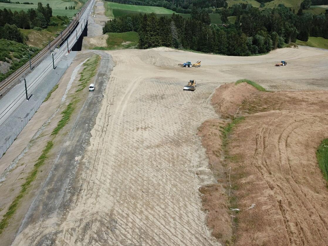 Her dyrkes det nye jordbruksarealer ved siden av den nye jernbanen. Foto: Ola Erik Haugseth/Bane Nor