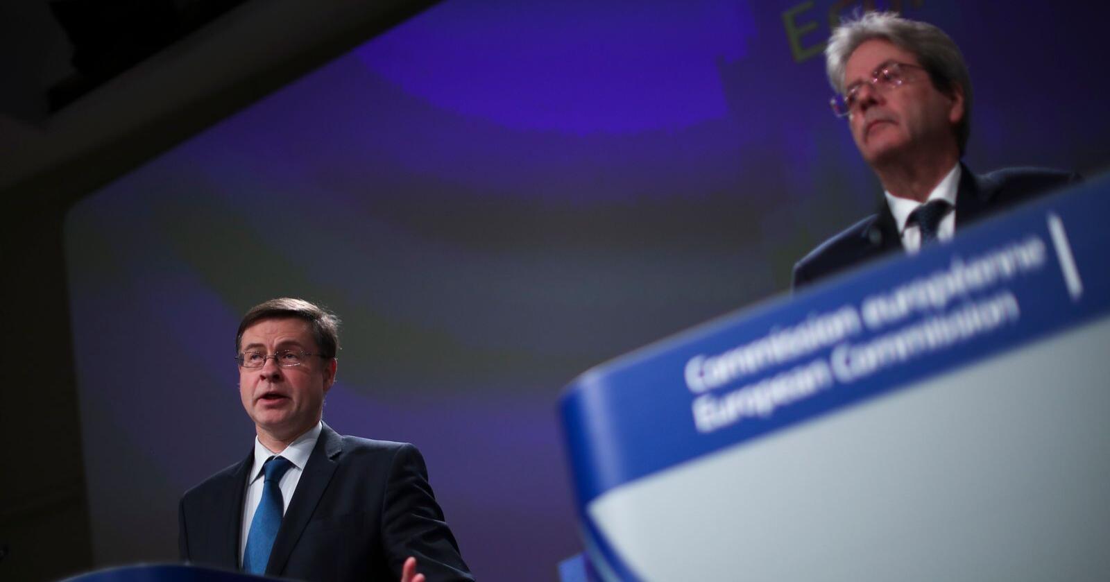 EU-kommissærene Valdis Dombrovskis (t.v.) og Paolo Gentiloni forventer fortsatt vekst i unionens økonomi. Arkivfoto: Francisco Seco / AP / NTB scanpi
