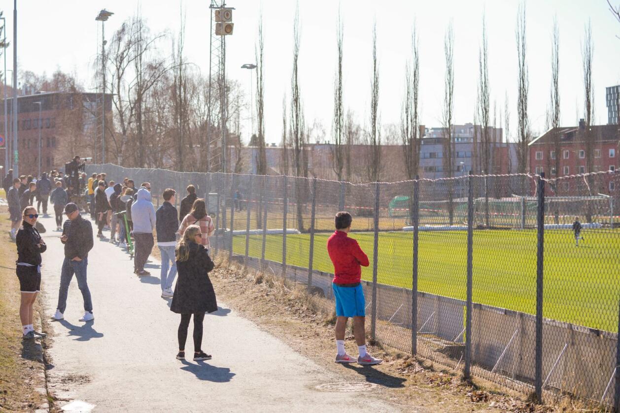 Publikum følger med på treningskampen før Eliteserien 2021 mellom Rosenborg og Raufoss på Skoglunden treningsbane på Lerkendal. Foto: Ole Martin Wold / NTB