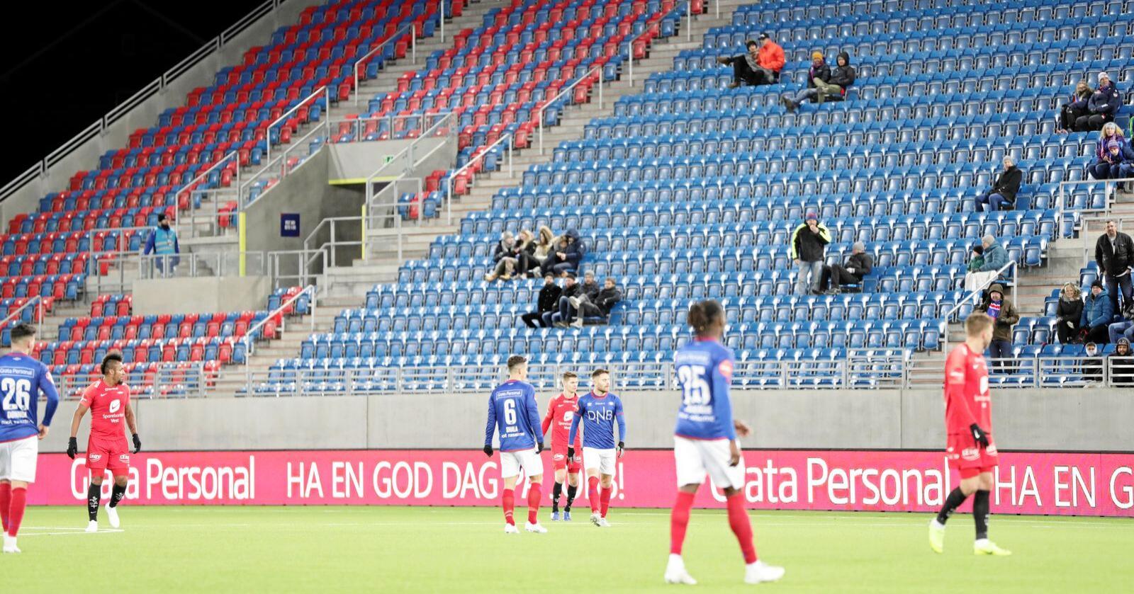 Tomme seter: Mange fotballkamper sliter med lave publikumstall. Foto: Berit Roald / NTB scanpix