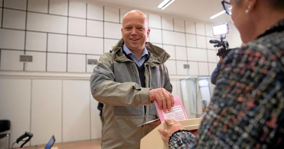 Valg 2019: Sp-leder Trygve Slagsvold Vedum stemmer på Ilseng Samfunnshus mandag, og lover desentraliseringsreformer etter stortingsvalget.  Foto: Terje Bendiksby / NTB scanpix