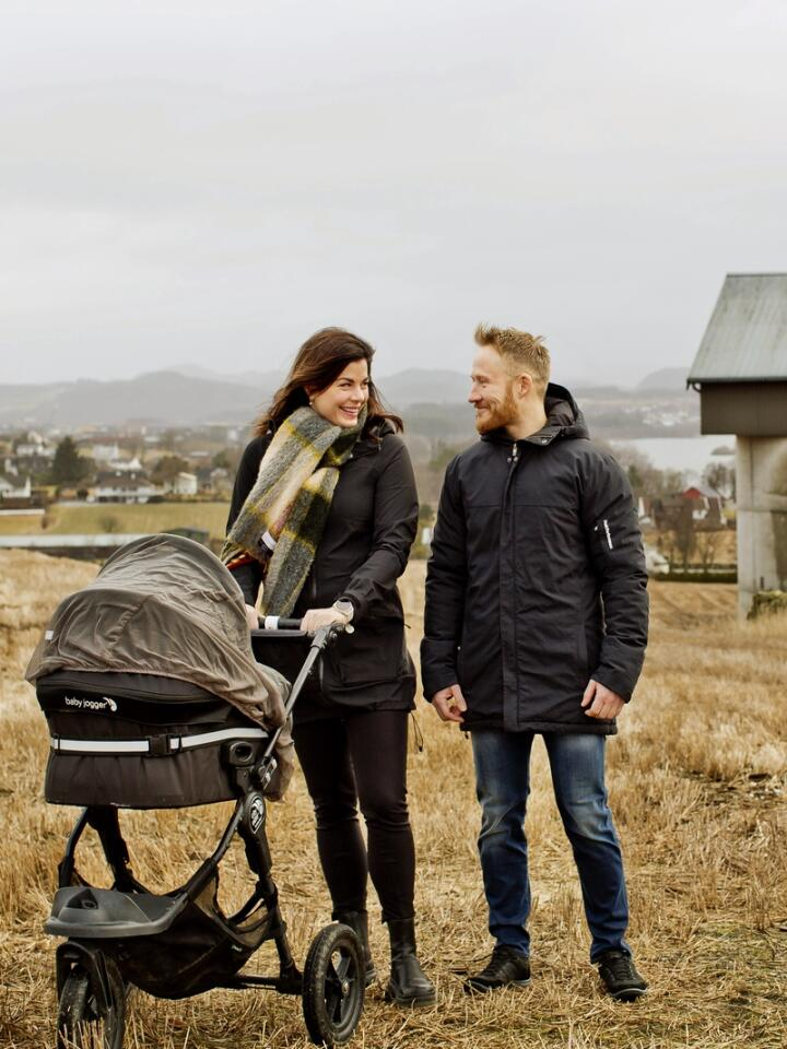 Siv Iren og Sverre bygger en næring og fremtid på gården. – Folk heier uten tvil på oss. Det er en veldig fin holdning her ute med dugnadsånd. Foto: Solfrid Sande