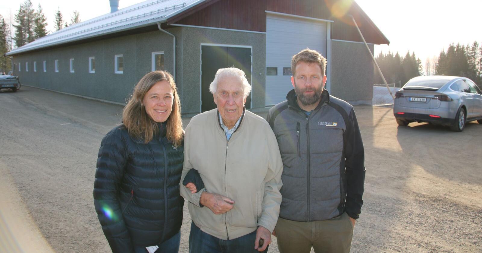 Nytt bygg for seminkarantene på Norsvin, fra venstre eksportsjef Elisabeth Nordbye, Asbjørn Torp og Egil Andersen fra Gardsbygg. Foto: Knut Houge