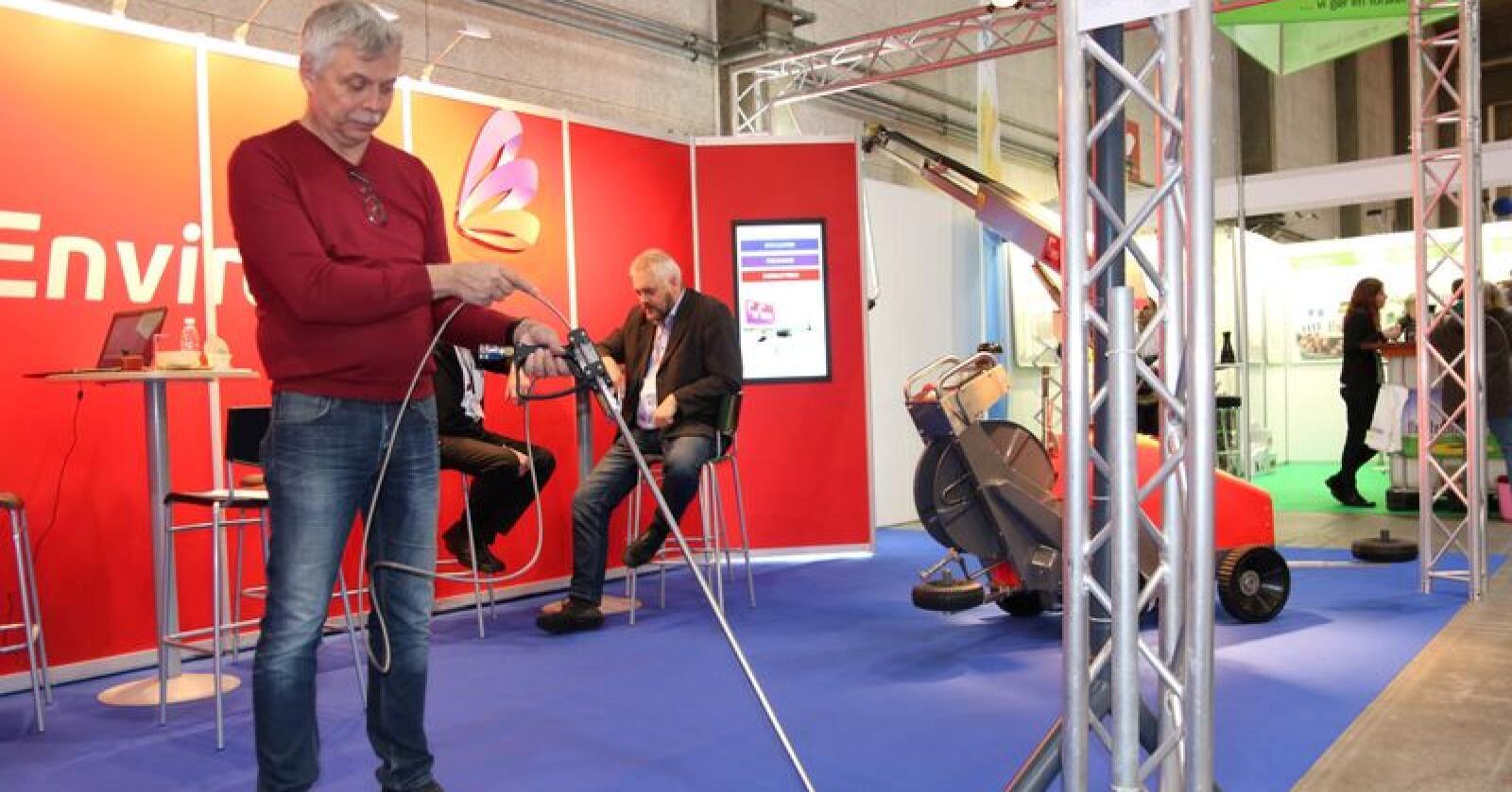Jan Sandberg viser Envirologic sitt system får å vaske på steder man ellers ikke kommer til med høytrykksvaskeren. Foto: Dag Idar Jøsang