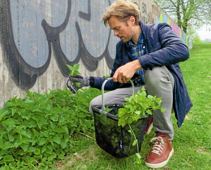 Trond Svendgård har skrive boka Plukk selv og kjem med sanketips og oppskrifter frå vegkanten, skogen og skjergarden. Foto frå boka: Silje Kvaale