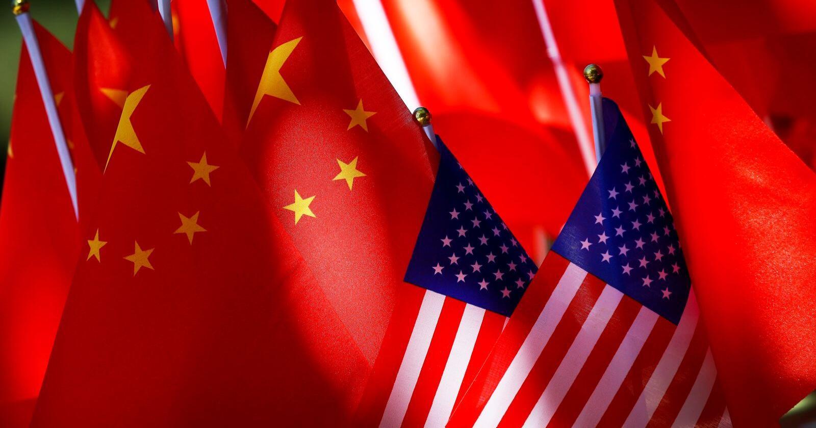Amerikanske og kinesiske flagg fotografert sammen i Beijing i september 2018. Arkivfoto: Andy Wong / AP / NTB scanpix