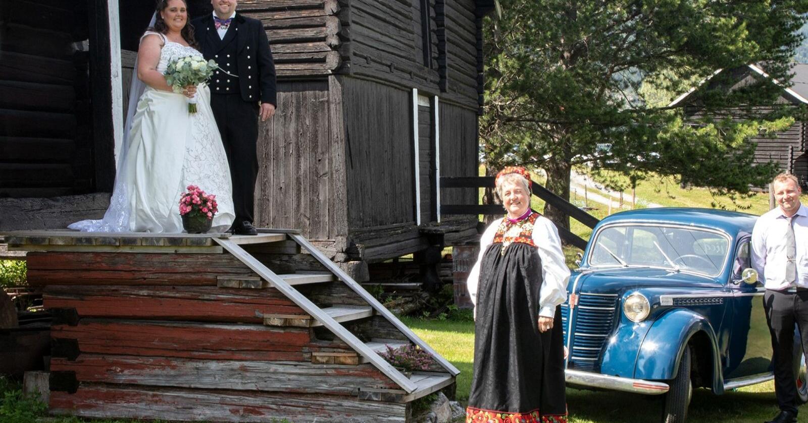 Det er bryllup på gården Rødningen i Nesbyen, og Endre Bråthen Kvannefoss har akkurat kommet hjem fra kirken med sin flotte brud Oda Høgvold. Foto: Oskar Puschmann, NIBIO.