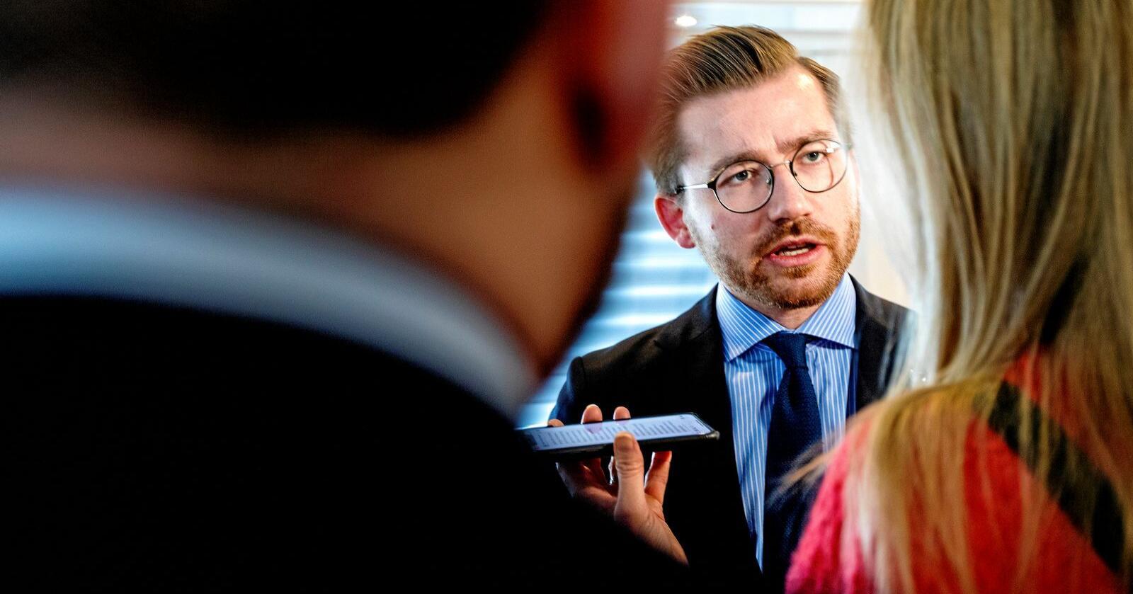 I skvis: Stortinget har gjort motstridende ulvevedtak. Når Sveinung Rotevatn prøver å følge begge, får han kjeft. Foto: Gorm Kallestad / NTB scanpix