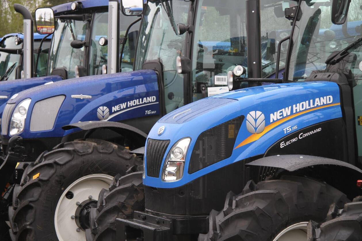 Blå lakk har i alle år vært synonymt med Ford og senere New Holland. Nå levereres stadig flere i en ny og mørkere versjon.