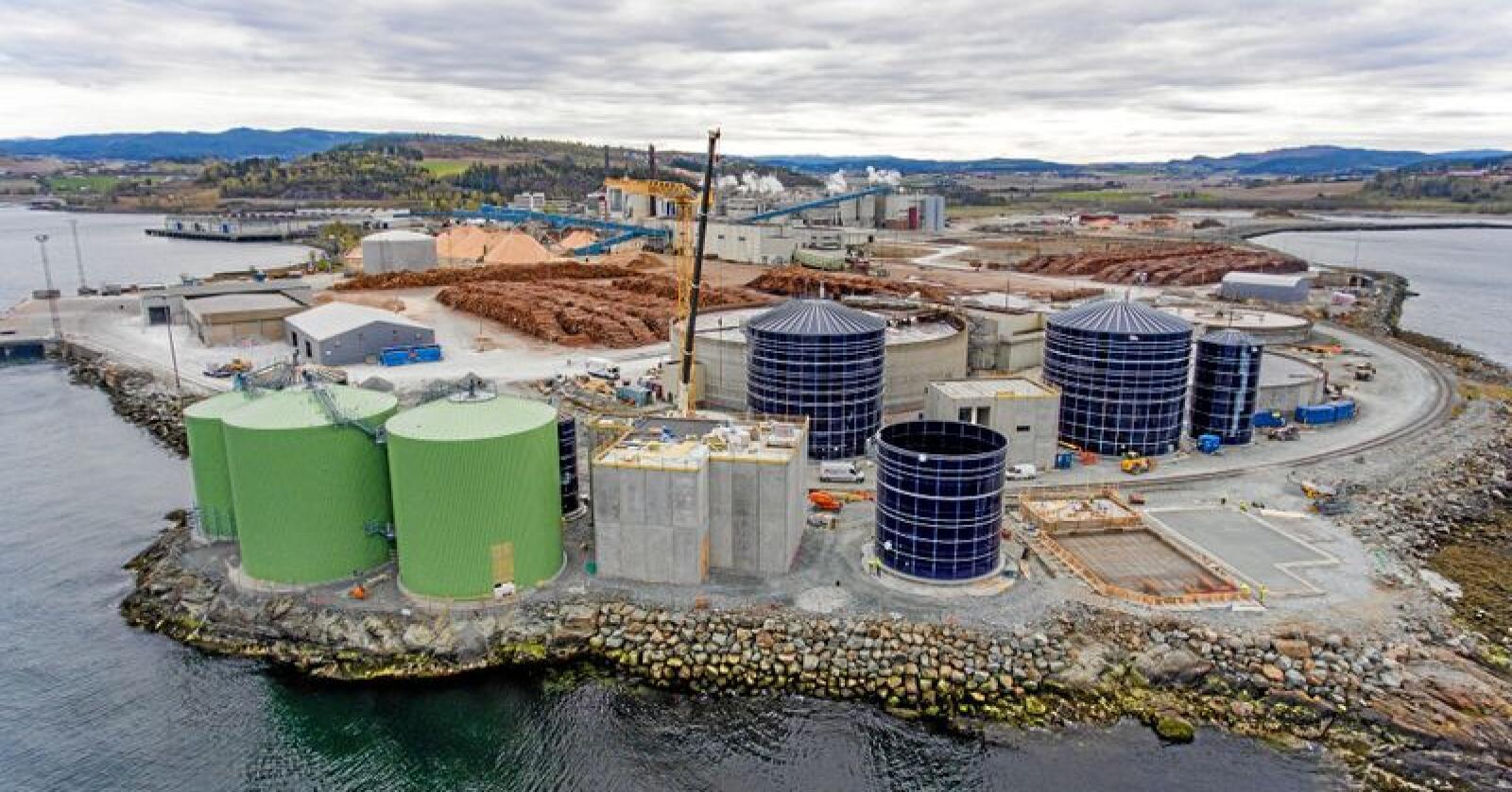 Oppe og går: Biogass-reaktorene ved Norske Skog på Skogn kan levere drivstoff til norske ferger. Foto: Håvard Zeiner