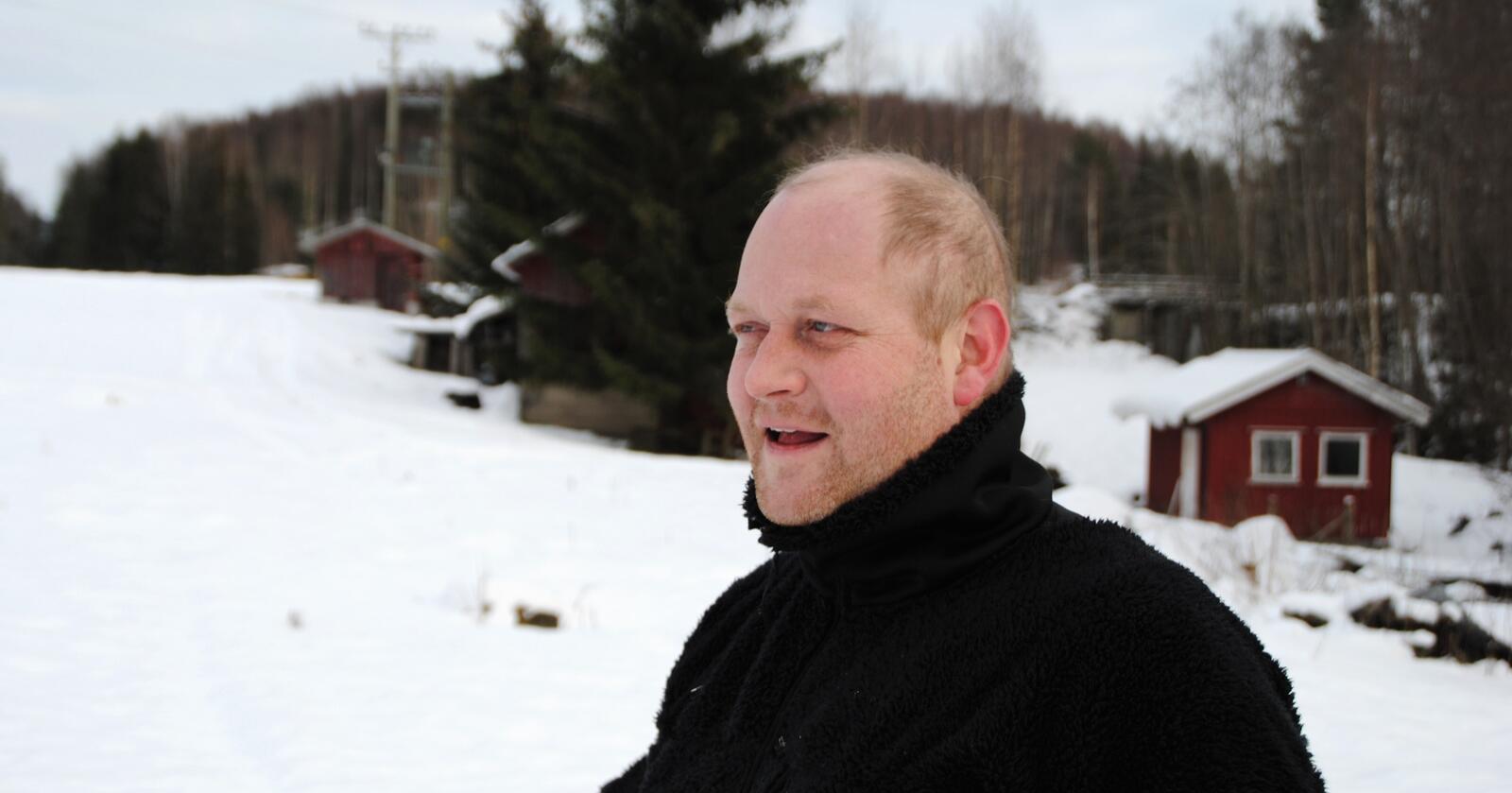 Ivar Kolbjørn Amundgaard fra Arneberg i Åsnes kommune installerte solceller på fjøstaket i fjor sommer. Foto: Lars Bilit Hagen