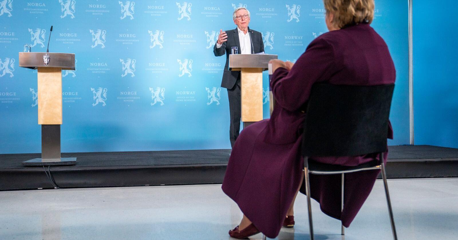 Koronakommisjonens leder Stener Kvinnsland overleverer kommisjonens sluttrapport til statsminister Erna Solberg på Statsministerens kontor i Oslo onsdag. Foto: Håkon Mosvold Larsen / NTB