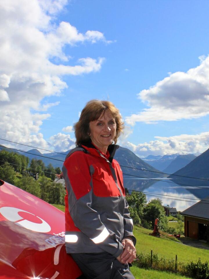 Landpostbod Sigrid Ramstad Fossheim veit godt kvar dei beste utsiktspunkta på denne ruta er. Dette biletet er teke i austleg retning, med Jølstravatnet i bakgrunnen. Foto: Janne Grete Aspen