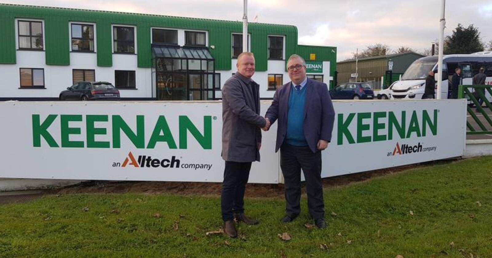 Sven Ledaal (t.v.) og Matt Higgins, som er komersiell direktør i Keenan Alltech farmin solutions, tar hverandre i hånden på at EuroPro skal selge Keenan sine fôrmiksere i Norge. Foto: Keenan