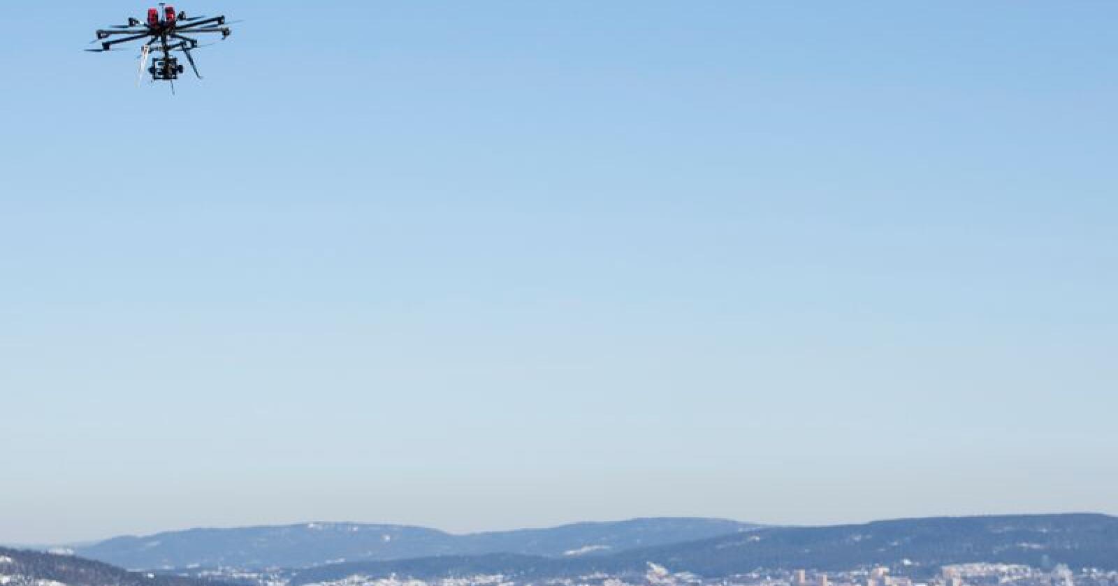 Regjeringen vurderer droner eller satellittløsninger for å sørge for bedre mobildekning i krisesituasjoner og under ekstremvær. Foto: Håkon Mosvold Larsen / NTB scanpix
